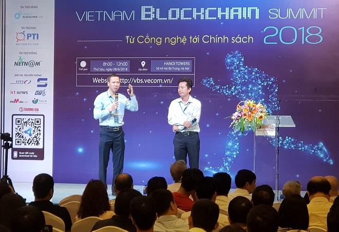 Anh Đỗ Văn Long (trái) - Giám đốc chiến lược vùng của IBL - lần đầu tiên chia sẻ về dự án Fruitchain tại Diễn đàn Vietnam Blockchain Summit, tháng 06 2018