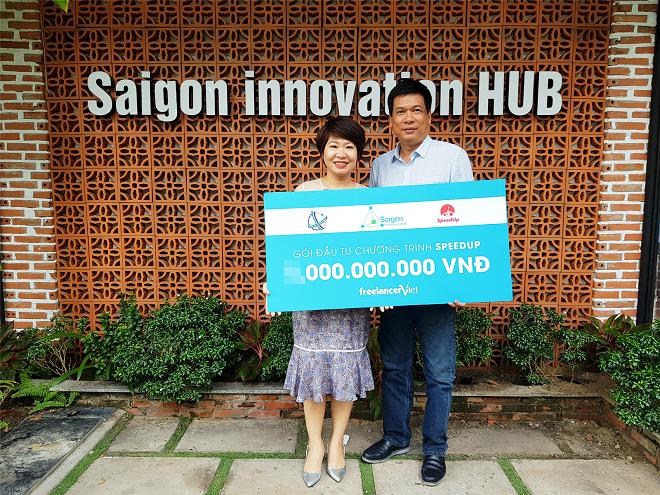 CEO Phạm Lan Khanh (trái) nhận khoản đầu tư từ Sihub.