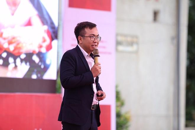 Anh Trần Bá Duy Linh trình bày về dự án ứng dụng Jingo.