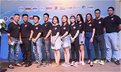 CEO Gannha.com (ngoài cùng bên trái) cùng đội ngũ nhân viên trẻ.