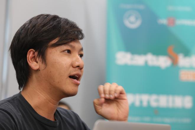 Lê Hoàng Nhật trình bày trước hội đồng giám khảo. Ảnh: Thành Nguyễn.
