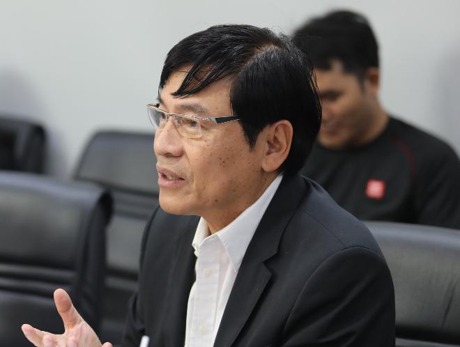 Ông Phạm Phú Ngọc Trai cũng thắc mắc về mô hình kinh doanh của sản phẩm. Ảnh: Thành Nguyễn.