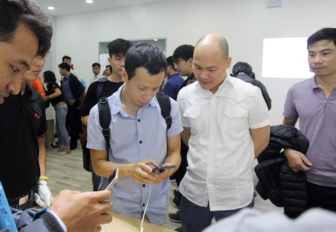 CEO Nguyễn Tử Quảng trực tiếp có mặt tại buổi bán hàng Bphone để tư vấn và trả lời những thắc mắc của khách hàng: Ảnh