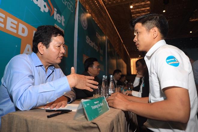 Tham gia một booth cố vấn, ông Trương Gia Bình (phải) - Chủ tịch Tập đoàn FPT nhận xét các startup mà ông gặp gỡ vẫn còn thể hiện sự sợ hãi, nhưng đa số đều có ước mơ, hoài bão. Ông dành thời gian đánh giá ưu và nhược điểm của các mô hình kinh doanh, đề xuất hướng giải pháp để tháo nút thắt của các nhà lãnh đạo trẻ, tạo cơ hội cho startup phát triển. Chủ tịch Tập đoàn FPT còn chủ động tạo cầu nối, giới thiệu họ đến với đơn vị hỗ trợ.