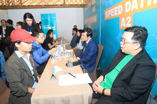 Ông Nguyễn Tuấn Anh - Tổng giám đốc Grab Financial Việt Nam (phải) tư vấn cho startup trong sự kiện kết nối Speed Dating diễn ra trong khuôn khổ Chung kết Startup Việt 2018. Ảnh: Hữu Khoa.