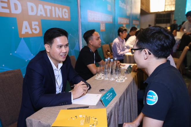 Ông Phạm Văn Tam trao đổi cùng nhà sáng lập DZ Camera. Ảnh: Quỳnh Trần.