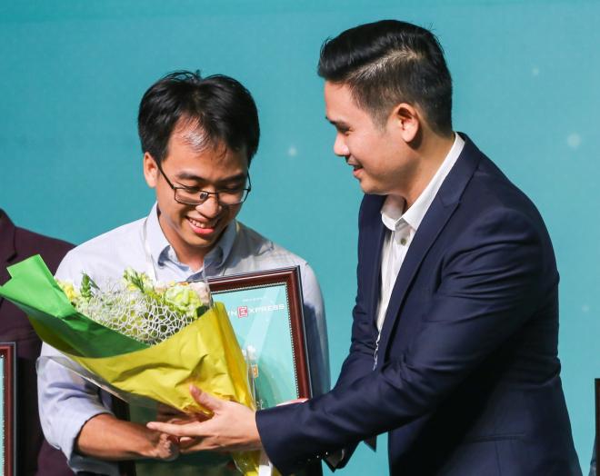 Chủ tịch Asanzo trao hoa và ngỏ ýrót 5 tỷ đồng đầu tư cho dự án của nhà sáng lập Bùi Hải Nam với Datamart - quán quân Startup Việt 2018. Ảnh: Quỳnh Trần.