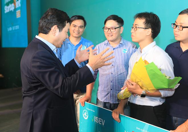 Giám khảo Trương Gia Bình trao đổi với đội quán quân Startup Việt 2018 về định hướng trong tương lai sau khi nhận vốn 5 tỷ đồng. Ảnh: Hữu Khoa.