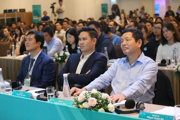 Ông Trương Gia Bình lắng nghe phần thuyết trình từ các startup.