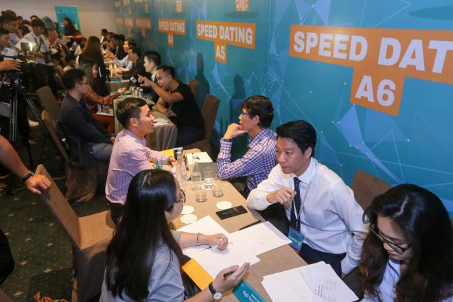 Các startup trao đổi cùng chuyên gia tại Speed Dating trong khuôn khổ Gala chung kết Startup Việt 2018. Ảnh: Quỳnh Trần.