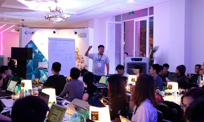 Jackie Phạm, giám đốc sản phẩm của Infinito, đang giải thích yêu cầu từ đề thi cho các bạn sinh viên.