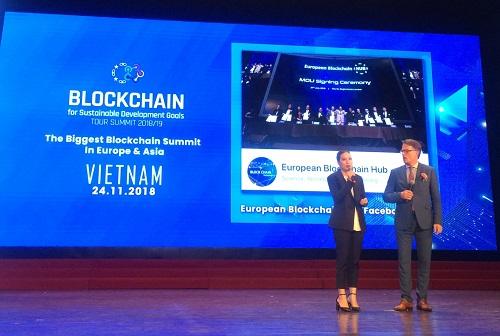 Trong sự kiện, ông Blaz Golob (phải)- Chủ tịch kiêm CEO của European Blockchain Hubchính thức bổ nhiệm bà Đoàn Kiều My (phải) vào vị trí Chủ tịch của EUBC Hubtại Việt Nam.Ảnh:SVF.