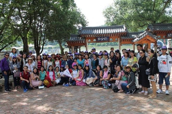 Du khách chụp ảnh lưu niệm trong một tour Hàn Quốc do Tugo tổ chức.