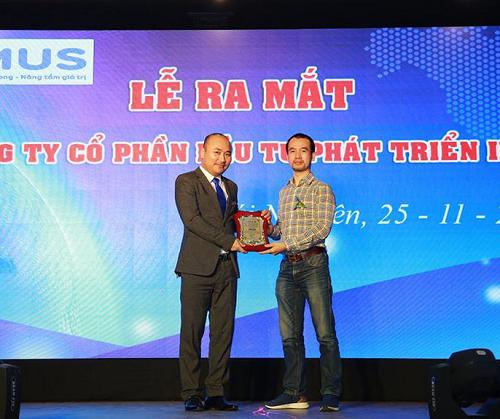 CEO Inet, Founder Unica - Ông Nguyễn Trọng Thơ (trái) trao chứng nhận phân phối độc quyền thẻ học trực tuyến Unica cho đại diện Công ty Cổ phần Đầu tư phát triển Imus (phải).