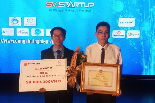 Phan Tấn Khải nhận giải thưởng trị giá 50 triệu đồng cho dự án nuôi cá tra bằng thảo dược. Ảnh: NVCC.