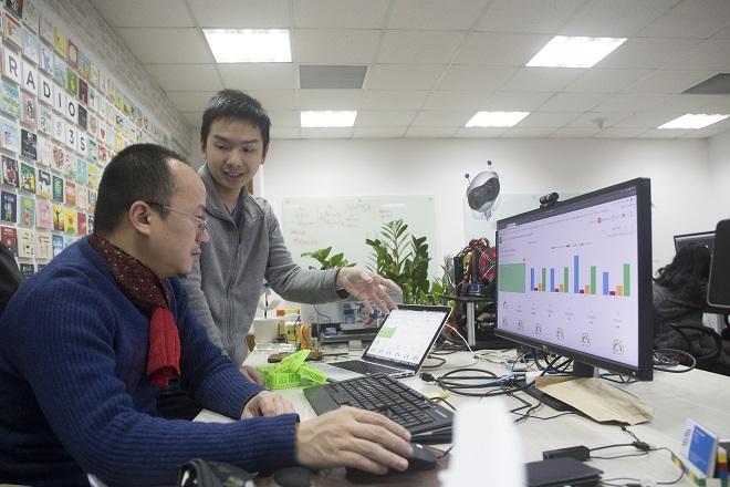 Vũ Hải Nam (áo xám), Giám đốc sản xuất của công ty ThinkLabs cùng đồng nghiệp phát triển hệ thống giám sát chất lượng không khí.