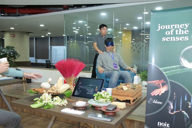Khách mời trải nghiệm công nghệ tại gian hàng của Journey of senses.