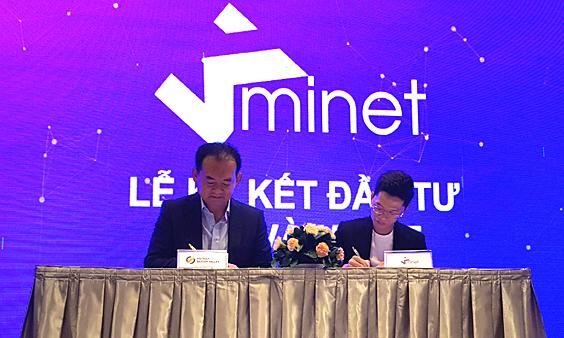 Ông Gibs Song (trái)- nhà đầu tư VSVA)Ký kết đầu tư của Vietnam Sillicon Valley vòng 2 vào startup Minet