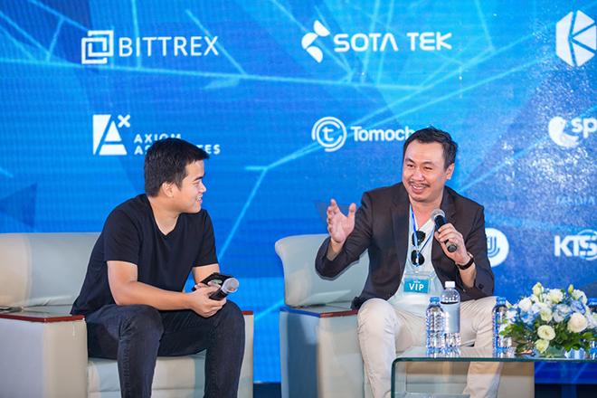 Từ trái qua, ông Lưu Thế Lợi - CEO Kyber Network và ông John Ng Pangilinan - nhàsáng lập quỹ Signum Capital (Singapore) trong phiên thảo luận.