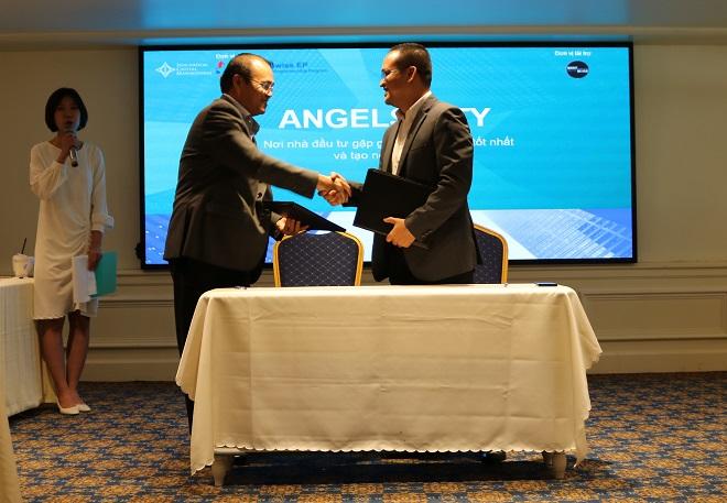 Ông Trần Anh Tuấn, Công ty Cổ phần công nghệ Sao Bắc Đẩu (trái) và ông Nguyễn Việt Đức, Công ty Cổ phần Quản lý đầu tư khởi nghiệp sáng tạo Việt Nam (phải) ký thỏa thuận hợp tác về việc thành lập Quỹ mởICT SaoBacDau.