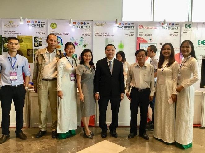 Chị Ngô Thị Kiều Dương (thứ ba từ trái qua) cùng đội ngũ chụp ảnh cùng Bộ trưởng Bộ Khoa học và Công nghệ Chu Ngọc Anh tại Tech fest 2018. Ảnh: Wealthdragon.vn