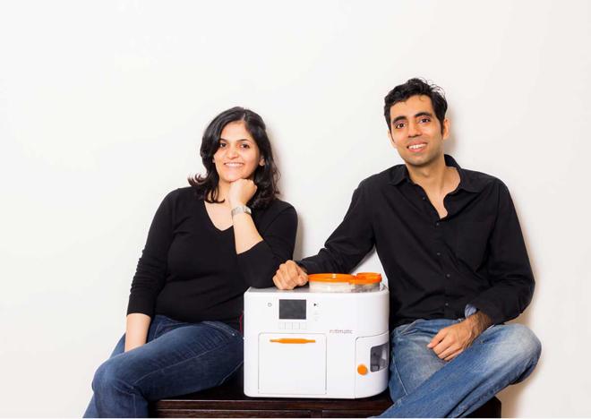 Pranoti Nagarkar và chồng cô Rishi lsrani bên cạnh phát minh của mình - robot làm bánh rotimatic