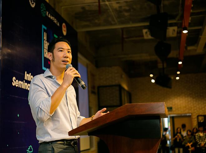 Tiến sĩ Vũ Duy Thức, CEO của Kambria giới thiệu về Hackathon Vietnam AI Grand Challenge 2019 trong sự kiện mở đầu chuỗi chương trình tại TP HCM.