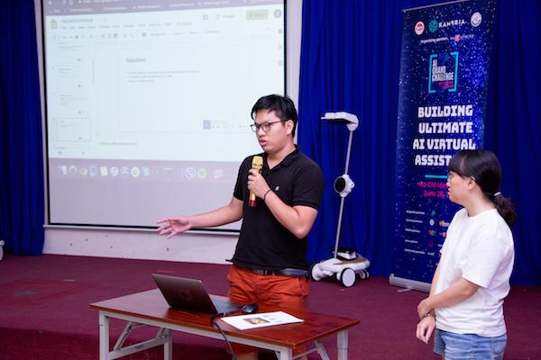 Nguyễn Lưu Ngọc - đội Tobtob thuyết trình với hội đồng chuyên gia