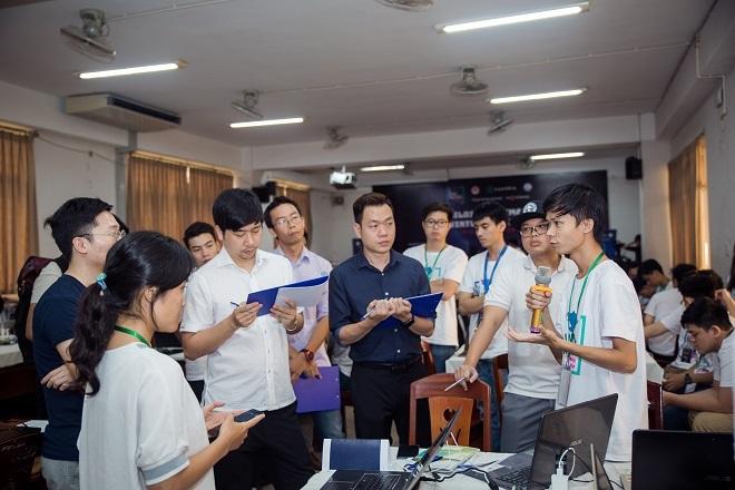 Hội đồng giám khảo lắng nghe phần thuyết trình sản phẩm của các đội nhóm.