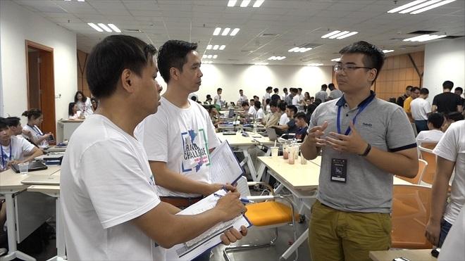 Các đội đang thuyết trình về sản phẩm trước ban giám khảo