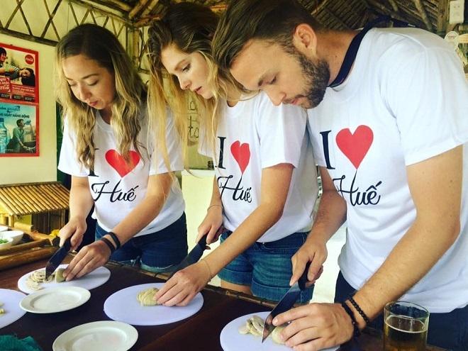 Các du khách nước ngoài học cách làm đồ ăn chay tại Huế.