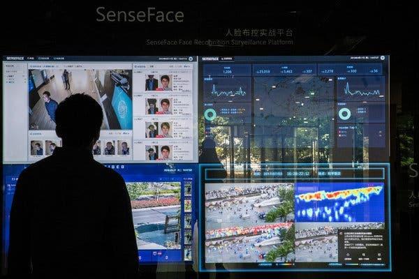 theo dõi bằng các camera trang bị phần mềm quan sát khuôn mặt và hành vi của SenseTime.