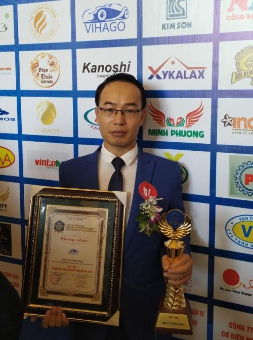 Ông Nguyễn Tuấn Vinh - đại diện Vihago nhận giải Top 50 Thương hiệu - nhãn hiệu nổi tiếng Đất Việt