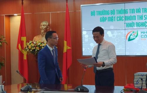 Đại diện Vihago trong buổi gặp mặt Bộ trưởng Bộ Thông tin và Truyền Thông – Ông Nguyễn Mạnh Hùng tại một sự kiện gần đây.