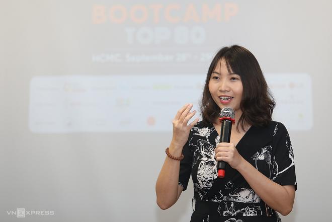 Mở đầu hoạt động đào tạo, bà Mandy Nguyễn - Giám đốc phát triển hệ sinh thái của SVF - đối tác đào tạo chính thức của Startup Việt 2019 chia sẻ mục tiêu của bootcamp kéo dài hai ngày. Trên tinh thần trao đổi kinh nghiệm, bootcamp mang đến những thông tin, câu chuyện thú vị và có ích cho lộ trình mở rộng thị trường của startup.
