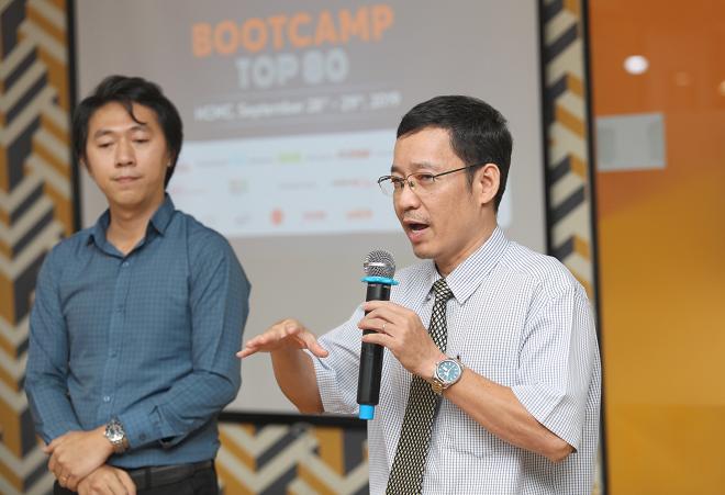 Ông Phạm Công Tuấn Hạ - CEO IURA và ông Đỗ Triều Hưng - CEO Thinsulin lắng nghe, trao đổi ý kiến với các nhà đầu tư sau bài thuyết trình gọi vốn thử. Ảnh: Thành Nguyễn.