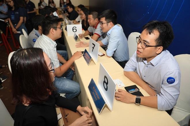 Anh Bùi Hải Nam - Sáng lập kiêm Tổng giám đốc Datamart, quán quân Startup Việt 2018 tư vấn cho một startup khác tại chương trình kết nối trực tiếp 1-1 với chuyên gia và nhà đầu tư vào ngày 31/7 tại TP HCM. Ảnh: Hữu Khoa.