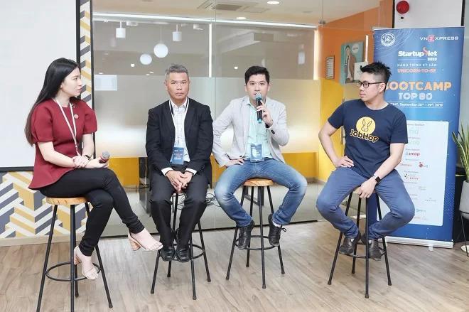 Bà Đoàn Kiều My và ông David Yang từ YellowBlocks, ông Ronald Le từ Hawking Instamo và ông Kevin Tùng Nguyễn đại diện Jobhop (từ trái sang) chia sẻ kinh nghiệm phát triển thị trường, chinh phục nhà đầu tư. Ảnh: Thành Nguyễn.