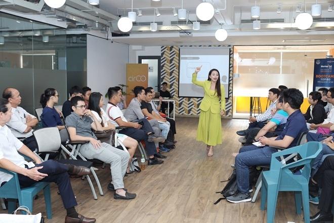 Bà Nguyễn Thị Hoa - Sáng lập IMAP trao đổi về kỹ thuật điều chỉnh giọng nói khi thuyết trình. Ảnh: Thành Nguyễn.