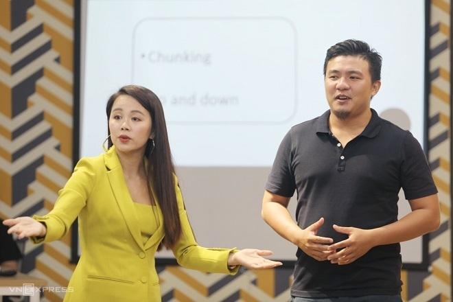 Bà Nguyễn Thị Hoa đang trực tiếp thị phạm và điều chỉnh cách giới thiệu về bản thân của ông Dương Nguyễn Hoài Đức - CEO của Beaudy, ứng dụng giúp người dùng đặt dịch vụ làm đẹp theo nhu cầu.