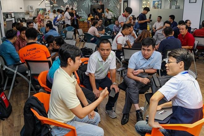 Tại bootcamp, các startup có cơ hội lắng nghe, trao đổi kinh nghiệm với các nhà đầu tư, chuyên gia khởi nghiệp và các đội thi nhằm hoàn thiện dự án. Ảnh: Thành Nguyễn.