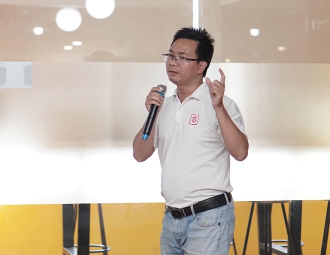Ông Ngô Anh Tuấn - CEO Xinh Tươi Online trình bày về nền tảng đặt hoa trực tuyến. Ảnh: Tuấn Nhu.