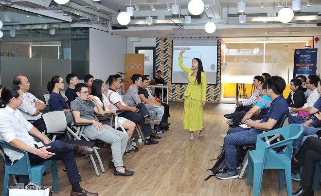 Bà Nguyễn Thị Hoa - Sáng lập hệ thống trung tâm Anh ngữ IMAP Việt Nam khởi động phiên đầu giờ chiều bằng phiên chia sẻ ấn tượng, thu hút startup về kỹ thuật điều chỉnh giọng nói, tông giọng, tốc độ và ngôn ngữ hình thể để có bài thuyết trình ấn tượng nhất trước các nhà đầu tư.