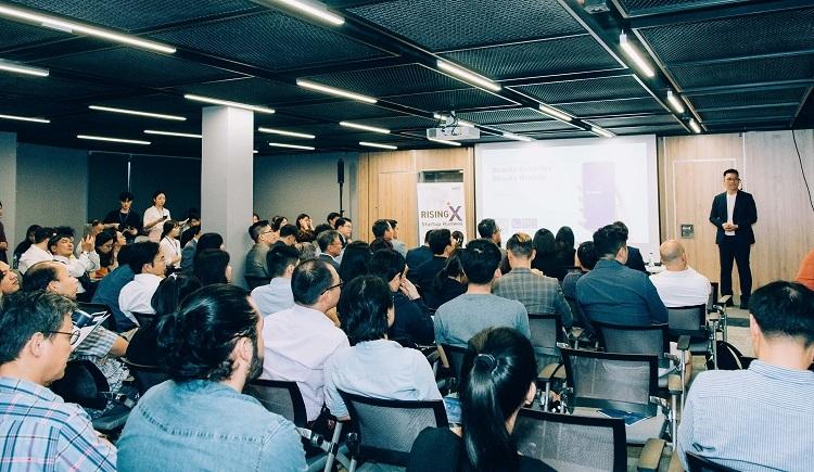 Startup thuyết trình tại Rising X StartupRunaway Demo Day.
