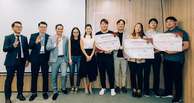 Đại diện các startup thắng giải tại Rising X Startup Runaway Demo Day.