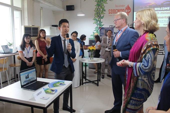 CEO Liberzy giới thiệu về dự án trong một sự kiện về khởi nghiệp du lịch.