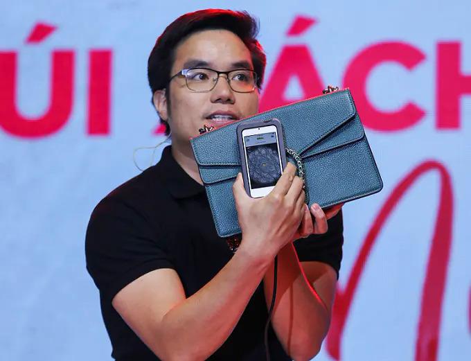 Anh Tạ Xuân Hiển - Đồng sáng lập kiêm CEO Joolux giới thiệu công nghệ kiểm định Entrupy tại Ngoi Sao Expo 2019 tháng 10 tại TP HCM.
