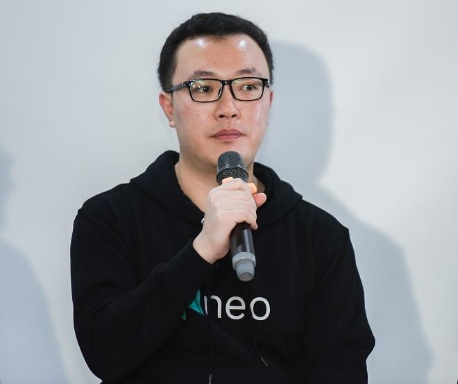 Ông John Wang, Giám đốc Eco Growth, Bộ phận phát triển NEO toàn cầu giới thiệu về quỹ NEO EcoBoost trong sự kiện Embrace & Connect đồng tổ chức với TomoChain tại Hà Nội. Ảnh: TomoChain.