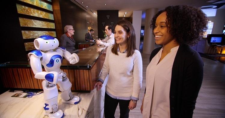 Robot AI có tên gọi là Connie đang trò chuyện cùng khách hàng tại sảnh khách sạn Hilton. Ảnh: Latimes.