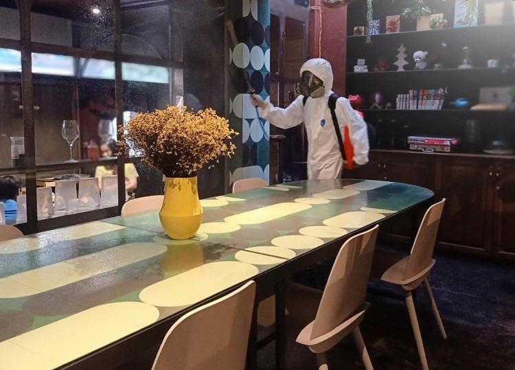 Nhân viên JupViec tiến hành khử khuẩn tại một nhà hàng. Ảnh: JupViec.vn